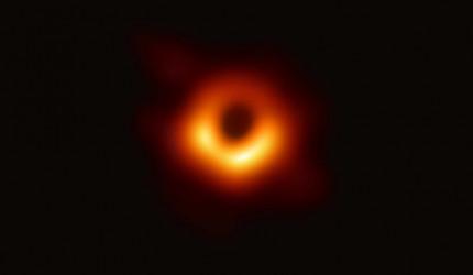 Schwarzes Loch M87